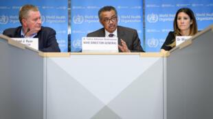 المدير العام لمنظمة الصحة العالمية تيدروس أدهانوم غيبريسوس ( في الوسط) خلال ندوة صحفية في مقر المنظمة في جنيف يوم 28 فبراير/شباط 2020
