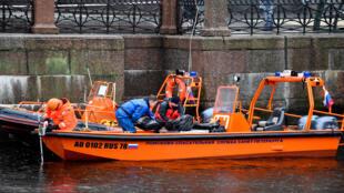 يقوم رجال الإنقاذ ومحققو الشرطة بإجراء عمليات تفتيش على نهر مويكا ، في سانت بطرسبرغ في روسيا  ، في 10 نوفمبر 2019 ، في أعقاب مقتل امرأة تورط المؤرخ الروسي أوليغ سوكولوف