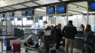 مسافرة تخرج جهاز الكمبيوتر الخاص بها في مطار أتاتورك في تركيا
