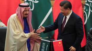 الملك السعودي والرئيس الصيني يتصافحان بعد توقيع عدة اتفاقيات بين البلدين