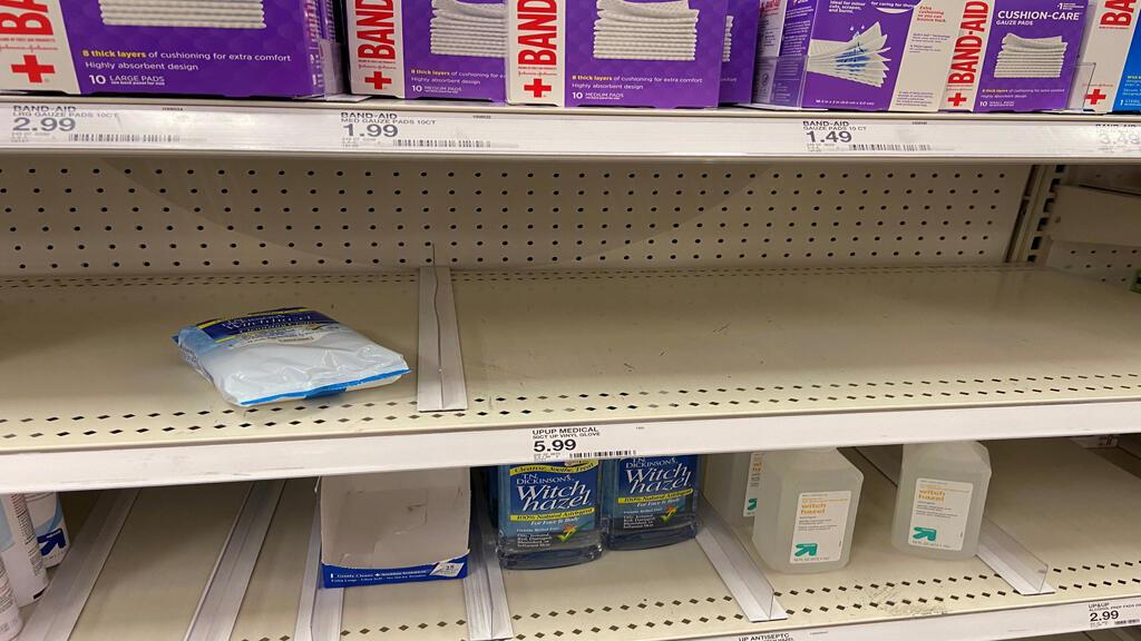 رفوف بعض المتاجر فارغة من البضاعة في كاليفورنيا