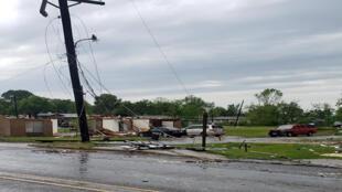 أعمدة كهربائية متداعية للسقوط في شرق أمريكا بعد الاعصار