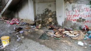 جثة مقاتل حوثي على الأرض بعد أن قتل خلال اشتباكات مع مقاتلين موالين للحكومة بالقرب من القصر الجمهوري في مدينة تعز