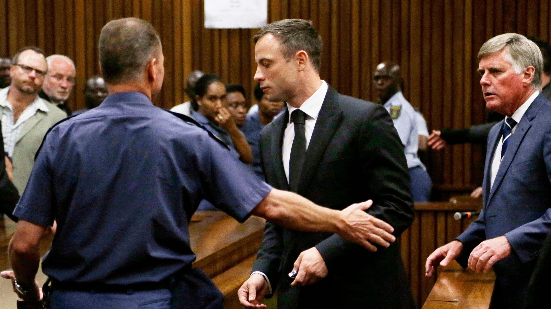 اوسكار بيستوريوس يغادر المحكمة في طريقه إلى السجن
