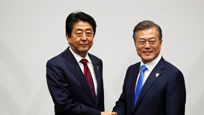 رئيس الوزراء الياباني شينزو آبي مع رئيس كوريا الجنوبية مون جيه-إن