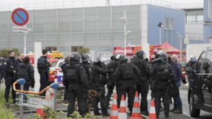18-03-20174 تعزيزات أمنية في مطار أورلي جنوب باريس بعد مقتل رجل استولى على سلاح جندي