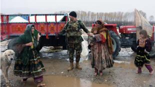 قوات الأمن تساعد قوات الأمن امرأة وطفل بعد أن أثرت الفيضانات على منازلهم في منطقة أرغنداب بمقاطعة قندهار ، في 2 مارس / آذار 2019. قُتل 20 شخصًا على الأقل جراء الفيضانات المفاجئة في إقليم قندهار جنوب أفغانستان ، حسبما ذكرت الأمم المتحدة في 2 مارس 2019