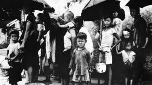 لاجئون صينيون يصطفون لتناول وجبة في هونغ كونغ، الصين، خلال المجاعة الكبرى، في مايو 1962