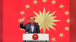 الرئيس التركي رجب طيب أردوغان أثناء إفطار في ميدان تقسيم باسطنبول