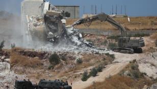 جرافة تهدم منزلاً في الضفة الغربية