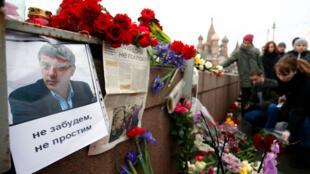 مناصرو المعارض الروسي بوريس نيمتسوف يضعون الورود في مكانة اغتياله بالقرب من الكرملين