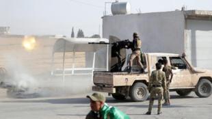 أفراد من الجيش السوري في بلدة تل أبيض-