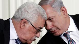 بينيامين نتانياهو يتحدث مع الرئيس الفلسطيني محمود عباس-