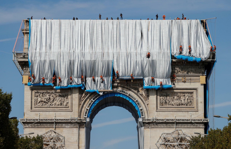 بسط القطعة الأولى من القماش في سياق مشروع تغليف قوس النصر في باريس