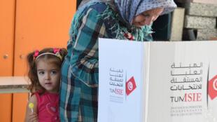 ناخبة تدلي بصوتها في الانتخابات التشريعية التي جرت في تونس يوم 6 أكتوبر 2019