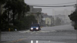 سيارة تسير بطريق غمرته مياه الفيضانات جراء الإعصار فلورنس بجنوب كارولاينا