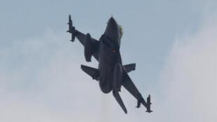 طائرة مقاتلة من طراز اف-16 تقلع من قاعدة جوية