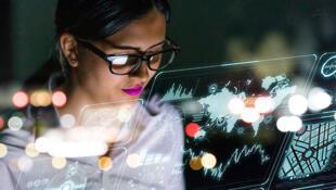 التحديات والعوائق التي تواجه المرأة في عالم التكنولوجيا