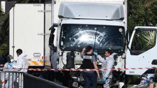 ضباط الأدلة الجنائية يبحثون عن أدلة بالقرب من الشاحنة التي تم تنفيذ اعتداء نيس بواسطتها