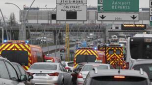 سيارات الطوارئ والاسعاف عند مدخل مطار أورلي في باريس 18-03-2017