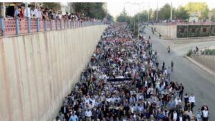 محتجون في ديار بكر، تركيا، في 11 أكتوبر 2015 على التفجير الانتحاري المزدوج في انقرة