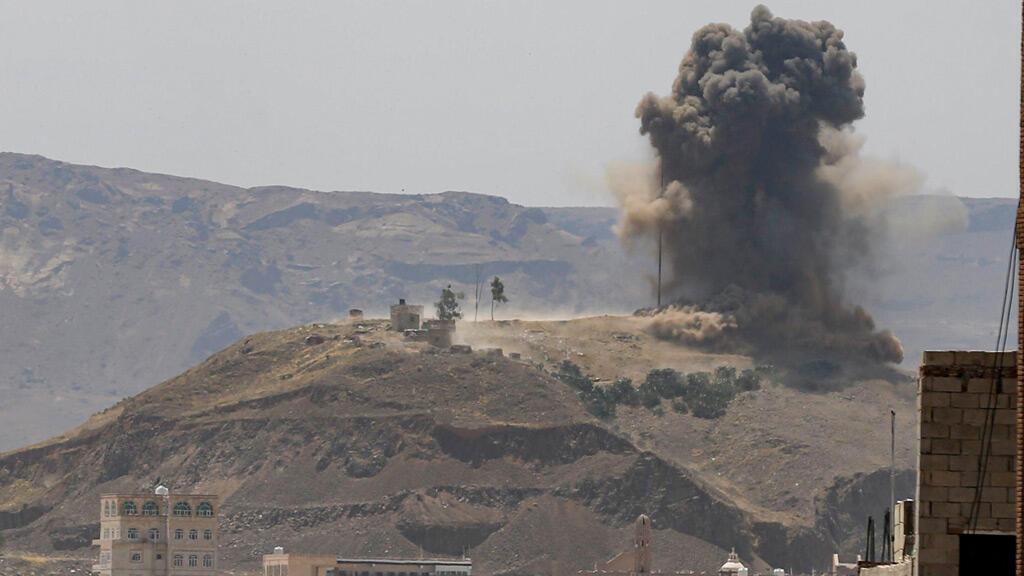 قصف قوات التحالف بقيادة السعودية للحوثيين