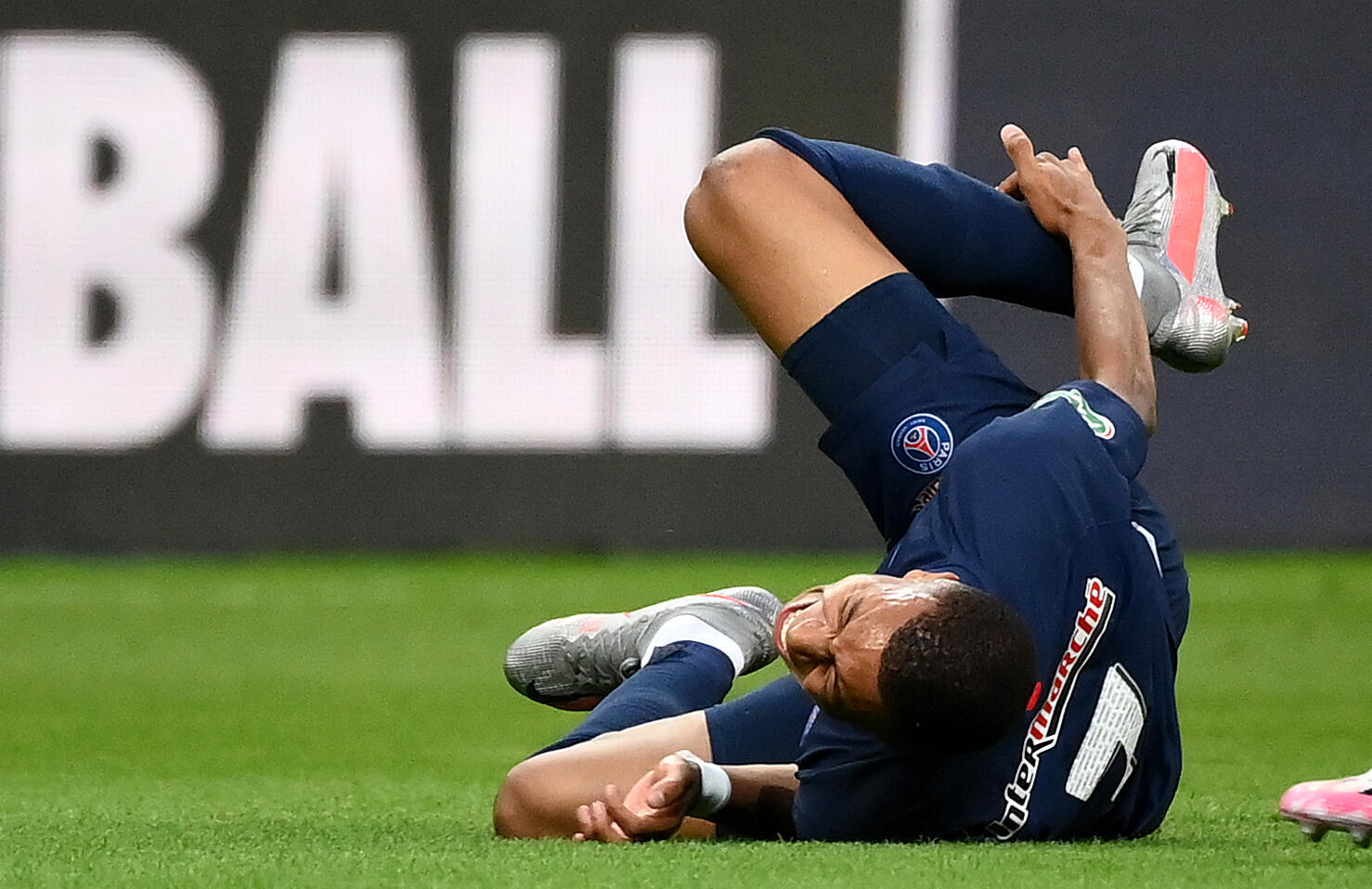 كيليان مبابي يتعرض للإصابة خلال مباراة كأس فرنسا لكرة الثدم بين سان جرمان وسانت إتيان مساء 24 يوليو تموز 2020