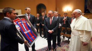 اللاعب فليب لام يهدي قميص بارين ميونيخ إلى البابا فرنسوا في الفاتيكان