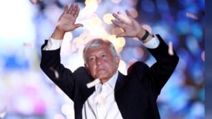 /المرشح الرئاسي في المكسيك أندريس مانويل لوبيز أوبرادور يحيي أنصاره ومؤيديه