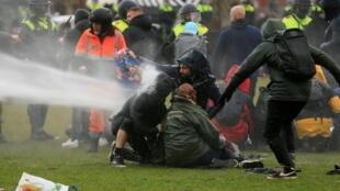 2021-01-24T142442Z_286016121_RC2EEL9GGIY5_RTRMADP_3_HEALTH-CORONAVIRUS-NETHERLANDS-PROTEST