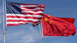 العلم الأميركي والعلم الصيني