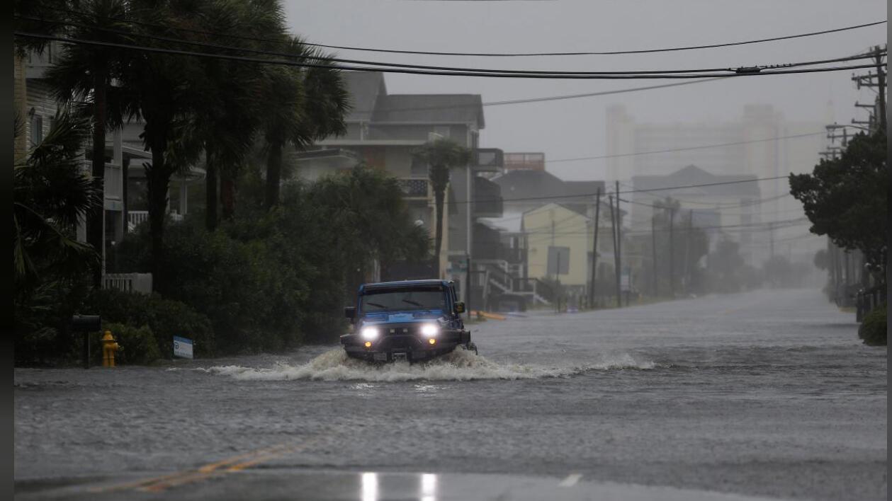 سيارة تسير بطريق غمرته مياه الفيضانات جراء الإعصار فلورنس بولاية ساوث كارولاينا
