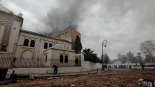 تصاعد الحريق من المتحف الوطني للآثار القديمة والفنون الإسلامية - الجزائر