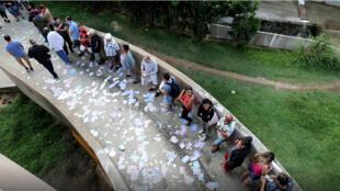 ناخبون برازليون أمام مكتب اقتراع للادلاء بأصواتهم