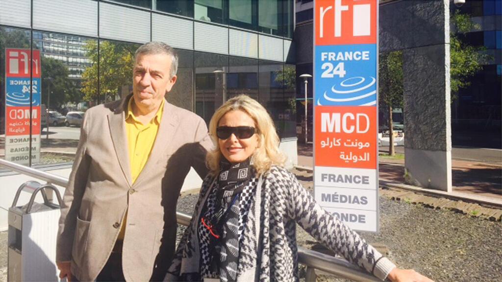 الكاتب اللبناني جبور الدويهي برفقة كابي لطيف أمام مبنى إذاعة مونت كارلو الدولية-باريس