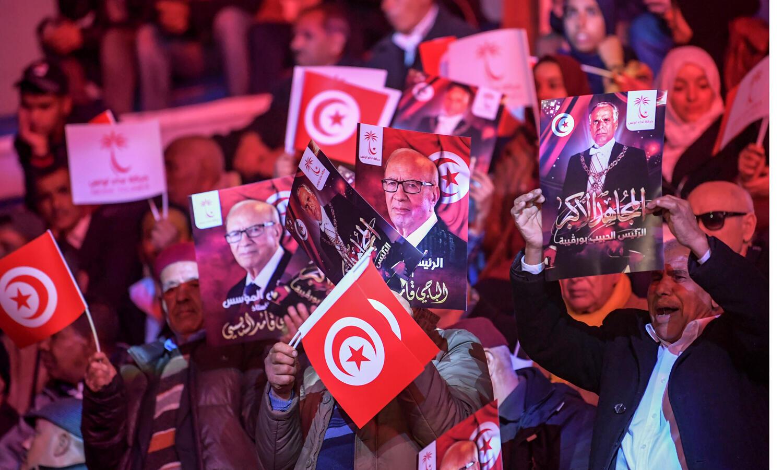 partisans-du-président-tunisien-Beji-Caid-Essebsi_-brandissent_affiches-représentant_portrait_afp