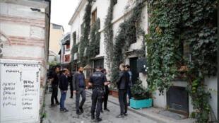 """أفراد من الشرطة التركية أمام منزل مؤسس منظمة """"ماي داي رسكيو"""" حيث وجدت جثته في اسطنبول يوم الاثنين 11 نوفمبر 2019"""