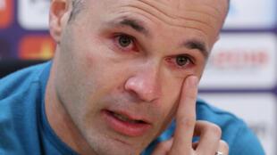 لاعب نادي برشلونة أندريس إنييستا يذرف الدموع خلال إعلان رحيله عن برشلونة