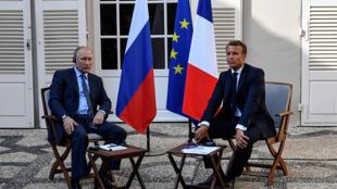 ماكرون رفقة بوتين