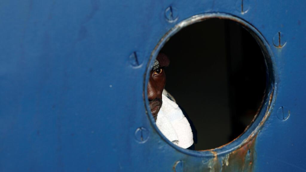 مهاجر على متن سفينة - صورة رمزية