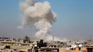 """تصاعد الدخان في سماء الموصل بسبب الاشتباكات بين تنظيم """"الدولة الإسلامية"""" والقوات العراقية وقوات التحالف"""
