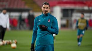 زلاتان إبراهيموفيتش مهاجم فريق ميلان الإيطالي