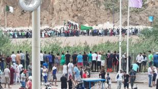 تبادل الجماهير المغربية والجزائرية التهاني الحارة  في مدينة السعيدية
