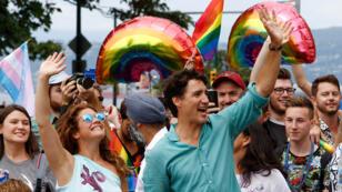 """رئيس الوزراء الكندي جاستين ترودو مع زوجته في """"مسيرة الفخر"""" المناهضة للعنصرية تجاه المثليين الجنسيين في فانكوفر"""