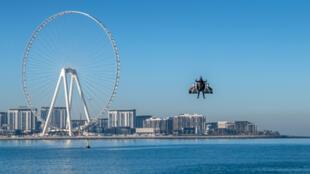 """""""الرجل الطائر"""" يحلق في سماء دبي"""