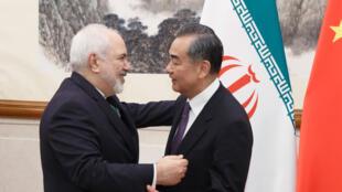 وزير الخارجيةالصيني وانغ يي ووزير الخارجية الإيراني محمد جواد ظريف
