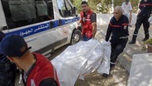 مسعفون ينقلون جثة قتيل قضى في هجوم سوسة