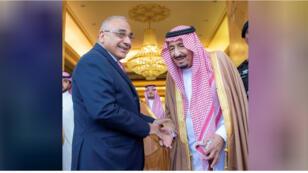 العاهل السعودي الملك سلمان يصافح رئيس الوزراء العراقي عادل عبد المهدي في الرياض
