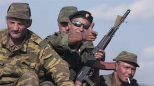 """قوات """"جمهورية دونيستك الشعبية"""" الموالية لروسيا قرب موقع سقوط الطائرة الماليزية في 17 تموز 2015"""