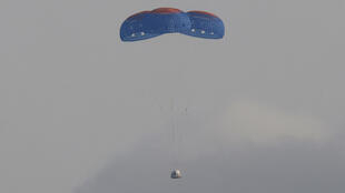 كبسولة جيف بيزوس تعود إلى الأرض بعد رحلة فضائية قصيرة